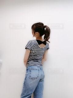 部屋に立っている女性の写真・画像素材[2127892]