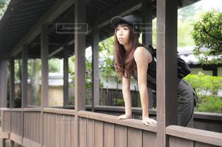 ポーチに座っている女性の写真・画像素材[2211299]