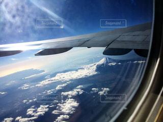 飛行機と富士山と雲の写真・画像素材[2411780]