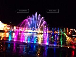 夜の噴水ショーの写真・画像素材[2418413]