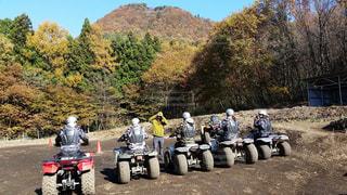 オートバイの後ろに乗っている人々のグループの写真・画像素材[2139009]