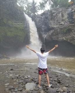 男性,自然,後ろ姿,滝,人物,背中,人,旅行,マイナスイオン,バリ島,インドネシア,フォトジェニック,インスタン映え,トゥグヌンガンの滝