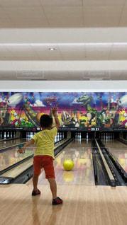 子供,ボール,後姿,男の子,ボーリング,室内スポーツ,インドアスポーツ