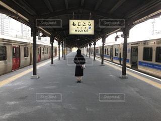 駅に入る列車の写真・画像素材[2131144]