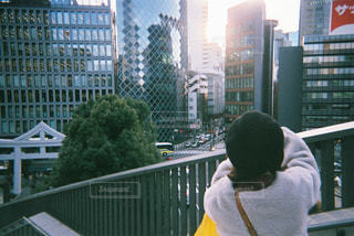フィルムカメラで赤坂の街並を撮る私を撮る彼氏の写真・画像素材[2131165]