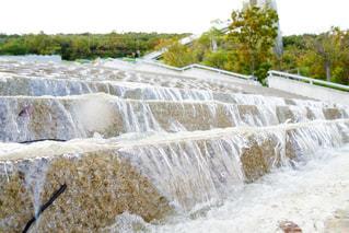 小さな滝の写真・画像素材[2131628]