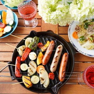食べ物,ディナー,テーブル,皿,サラダ,料理,寿司,木目,魚介類,ファストフード,大皿,ニンジン