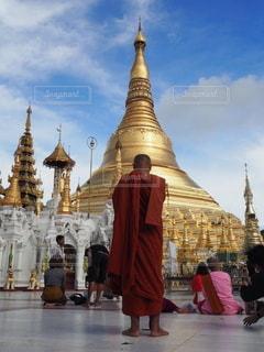 男性,空,後ろ姿,アジア,後姿,旅行,東南アジア,ミャンマー,仏教,坊主,信仰,僧侶,ヤンゴン,パゴダ,仏塔,シュエダゴン・パゴダ