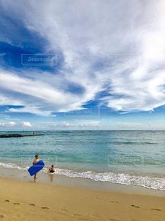 砂浜の上に立つ人々のグループの写真・画像素材[2415793]