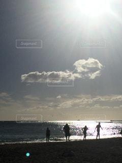 浜辺の人々のグループの写真・画像素材[2421427]