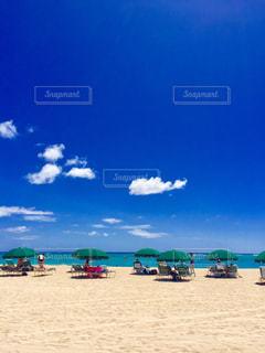 砂浜の上に座っているボートの写真・画像素材[2421467]