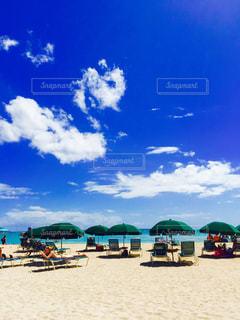 砂浜の上に座っている傘の写真・画像素材[2441160]