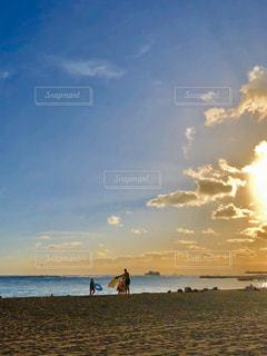 子ども,家族,自然,海,空,太陽,ビーチ,雲,夕暮れ,水面,海岸,光