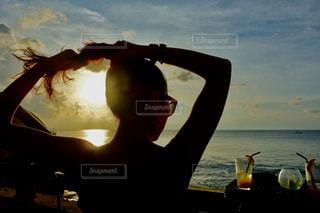 女性,1人,海,空,夏,屋外,太陽,ビーチ,水面,光,人,バリ島,ロックバー
