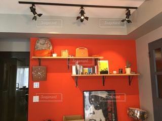 赤い壁の部屋の写真・画像素材[1008210]