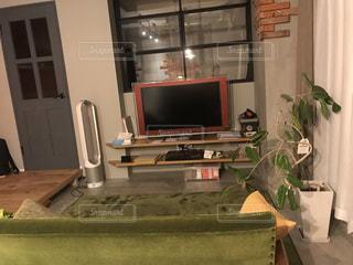 ソファとテレビのあるリビング ルームの写真・画像素材[1008212]