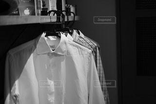 カメラにポーズ鏡の前に立っている人の写真・画像素材[1008214]