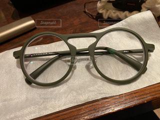 メガネをしつつ、緑で目の保養の写真・画像素材[3259942]
