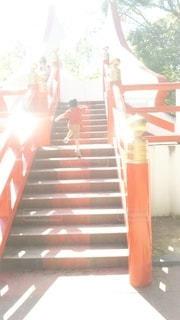 子ども,階段,後ろ姿,オレンジ,男の子