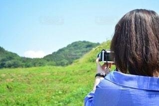 女性,1人,空,カメラ,屋外,後ろ姿,山,草,人物,背中,人,後姿,旅行,旅,石川県,夏休み,石川,輪島