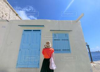 女性,1人,風景,空,屋外,後ろ姿,窓,家,人物,背中,人,後姿,ドア