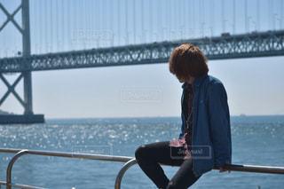 水域の橋の前に立っている人の写真・画像素材[2134308]