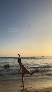 自然,海,空,ビーチ,夕暮れ,水面,人物,ボール,人,ハワイ,オアフ島,気持ちいい