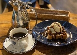 コーヒー&バニラアイストッピングのワッフルの写真・画像素材[3865405]