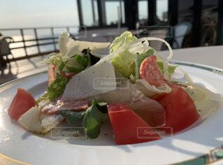 海を眺めながらのモーニングサラダの写真・画像素材[3895700]