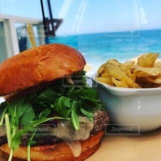 海を眺めながら食べる本当の外食!の写真・画像素材[3924925]
