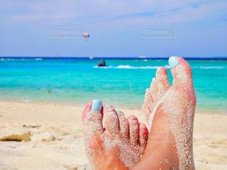 ブルーの海とブルーのペディキュアの写真・画像素材[2150475]