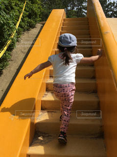 急いで上って滑り台を滑るでぇ。の写真・画像素材[2148501]