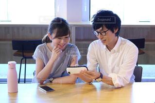 テーブルに座っている人々のグループの写真・画像素材[2457078]