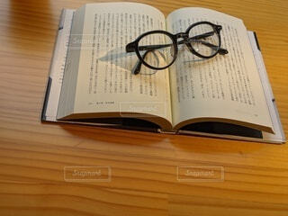 木製のテーブルの上に座っている本の写真・画像素材[3798078]