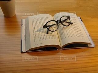 木製のテーブルの上に座っている本の写真・画像素材[3811185]