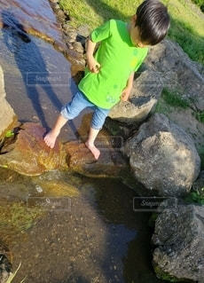 男性,1人,自然,風景,屋外,水滴,水面,岩,人,少年