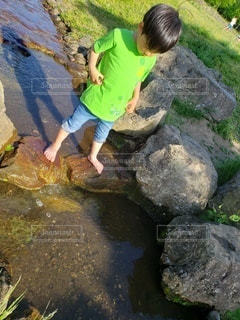 男性,1人,自然,屋外,水面,岩,人,少年