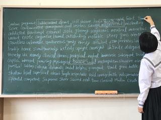 学生,きれい,青,英語,テスト,黒板,教室,チョーク,勉強,セーラー服,制服,黒板消し,映え,暗記,英単語