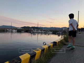 おしゃれ,夕焼け,後ろ姿,風景,人物,海,船,水面