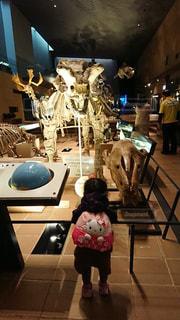 恐竜と子供の写真・画像素材[2136856]