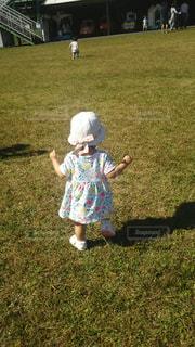 子ども,公園,芝生,後ろ姿,人物,背中,人,よちよち,ヨチヨチ