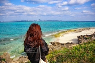 女性,1人,自然,風景,海,屋外,ビーチ,きれい,綺麗,晴れ,青,後ろ姿,砂浜,沖縄,美しい,洋服,人物,背中,人,後姿