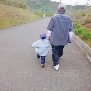 男性,子ども,家族,風景,屋外,道路,人,少年