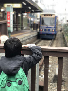 屋外,電車,後ろ姿,レトロ,人物,背中,人,鉄道,少年,男の子,都電,都電荒川線