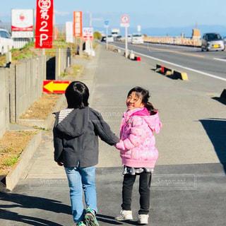 空,屋外,散歩,女の子,手繋ぎ,仲良し,人物,道,人,レジャー,男の子,お散歩,帰り道,ライフスタイル,おでかけ,イチゴ狩り,海岸通り,カップル風