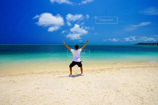 男性,自然,風景,海,夏,絶景,屋外,砂,ビーチ,晴れ,島,後ろ姿,波,海岸,沖縄,景色,人物,背中,人,後姿,旅行,旅,ブルー,宮古島,真夏,海フォト,後ろ姿フォト