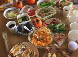 食べ物,食事,屋内,フード,パン,テーブル,野菜,皿,食器,サラダ,サンドイッチ,たくさん,料理,食パン,手作り,新鮮,パーティー,仲間,ファストフード,飲食,持ち寄り,最高の思い出,達成感,野菜たっぷり,最高においしい