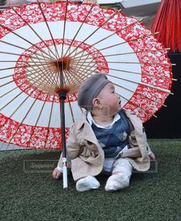 小さな子供が傘を持っているの写真・画像素材[2179769]