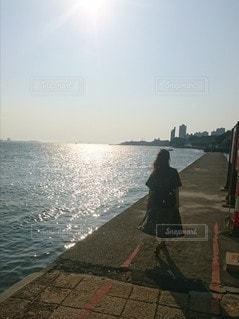 女性,自然,空,後ろ姿,夕暮れ,水面,人物,背中,人,後姿,台湾,川沿い,淡水