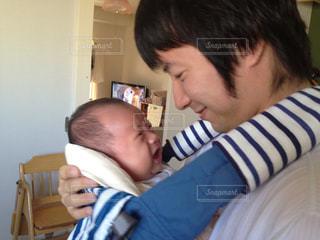 我が子を抱く父の写真・画像素材[2178327]